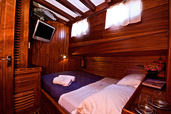 Double room on the Deniz Bike and Boat