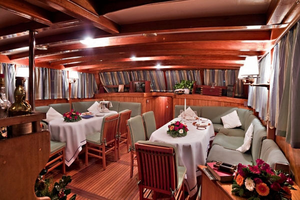 outdoor dining on Maria ship